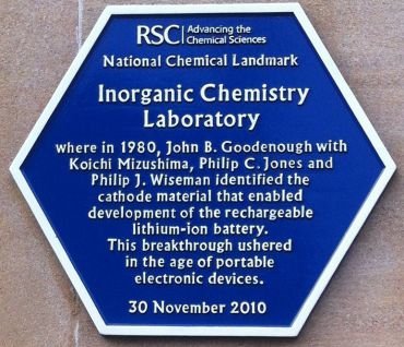 A plaque recognising the Inorganic Chemistry Laboratory in Oxford as a National Chemical Landmark