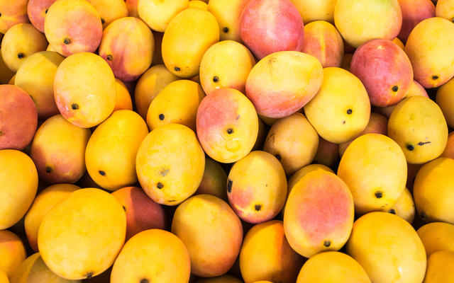 A pile of mangoes